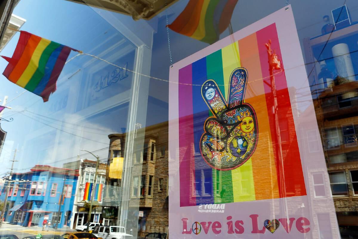 สีรุ้งสดใสของร้านค้าในย่านคาสโตร หนึ่งในย่านชุมชนเกย์แห่งแรกในสหรัฐอเมริกา