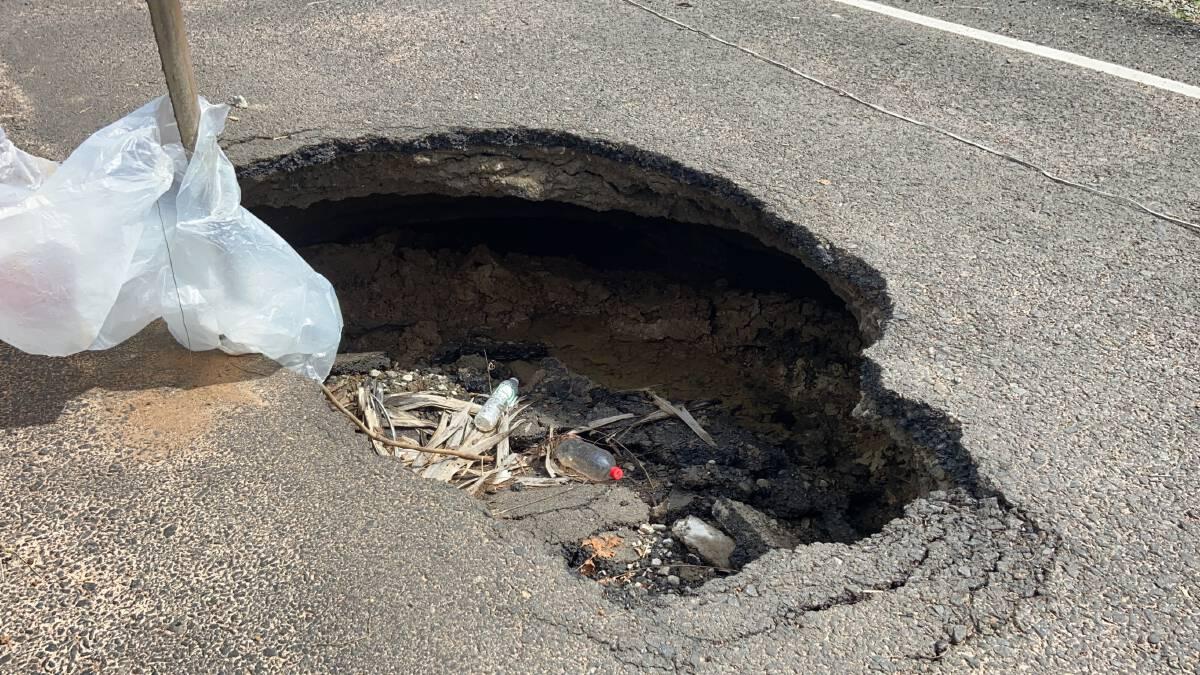อบจ.-อบต.ลงพื้นที่ตรวจสอบถนนทรุดติดฝนซ่อมไม่ได้