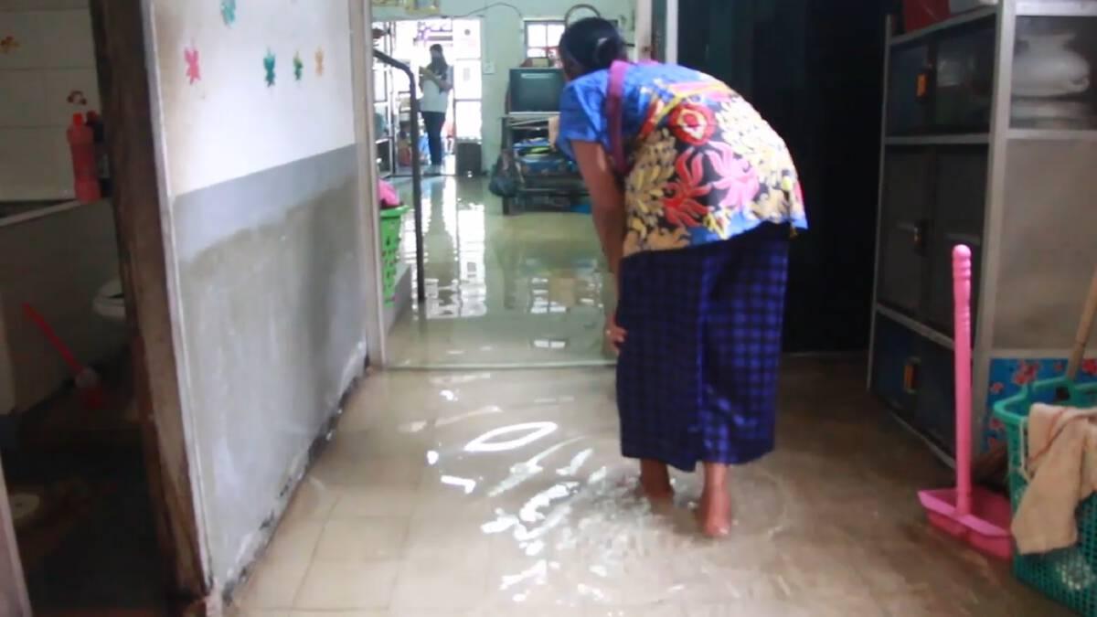 ยายวัย 80 ปี เดือดร้อน น้ำล้นท่อเข้าท่วมบ้าน ต้องนอนกลางน้ำ