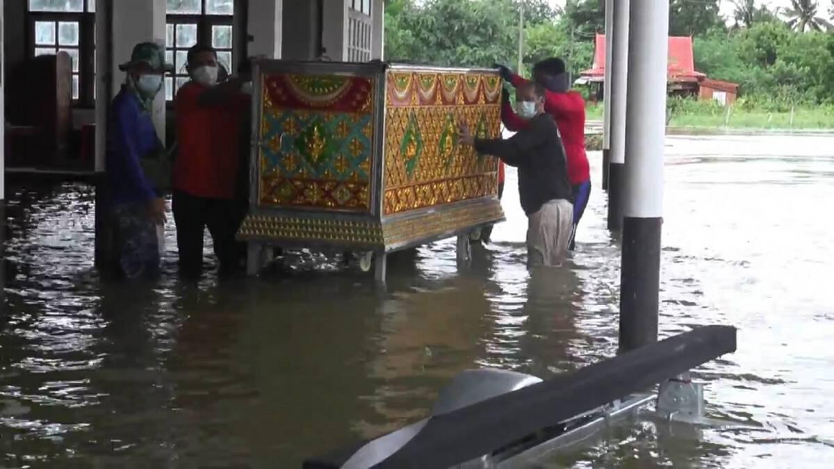 เร่งอพยพชาวบ้านติดเกาะหลังน้ำท่วมสูง กู้ภัยช่วยขนย้ายโลงเย็น