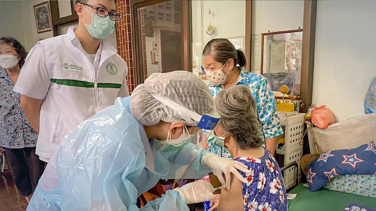 ผู้เชี่ยวชาญต่างบอกว่า แม้ว่าจะมียารักษาโรควิด แต่การฉีดวัคซีนยังเป็นวิธีการป้องกันที่มีประสิทธิภาพที่สุดเช่นเดิม