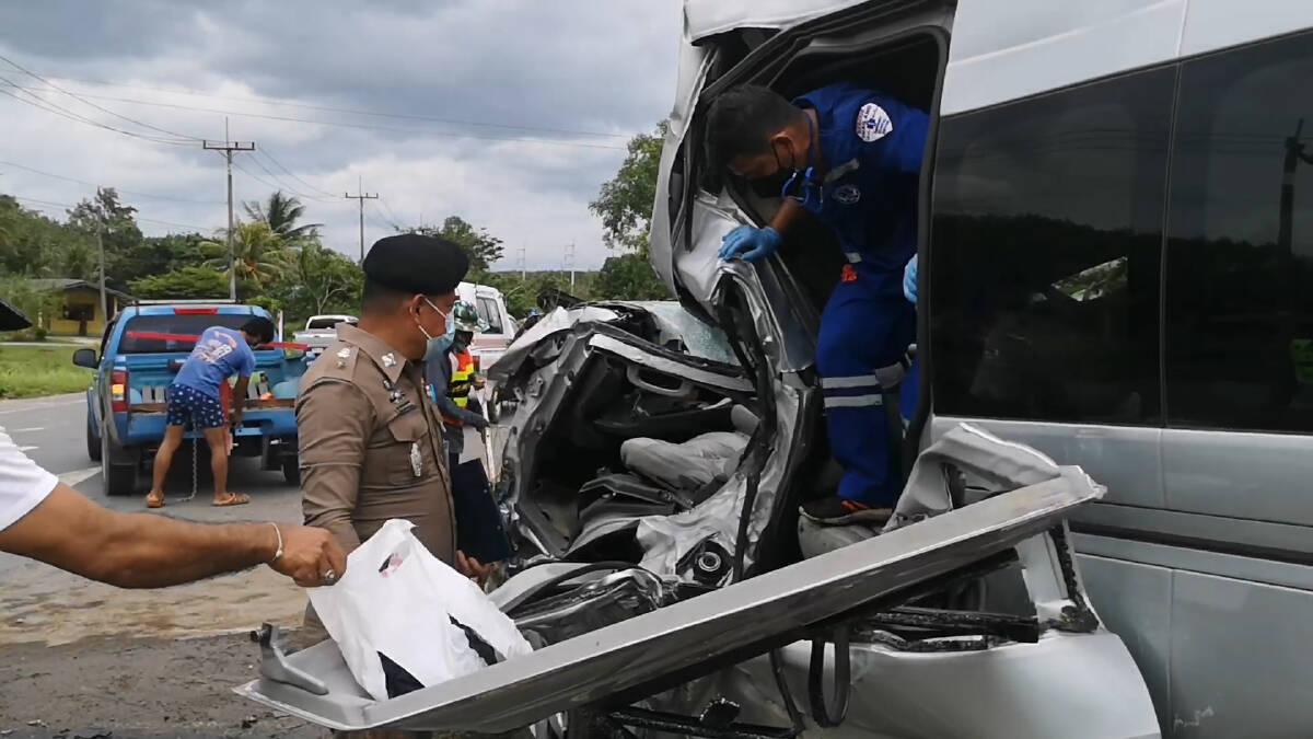 รถตู้ทหารยางระเบิดชนเสาไฟดับ 1 สาหัส 3