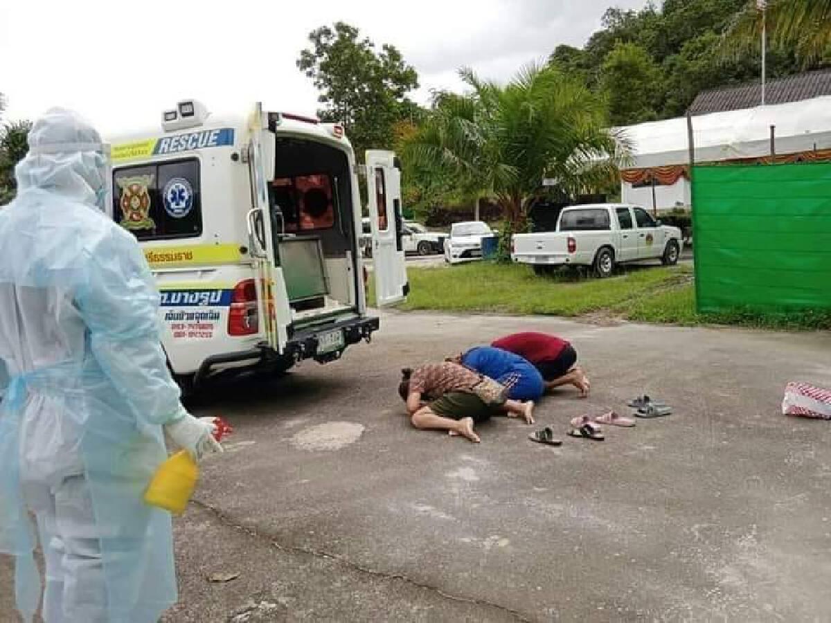 สุดทะเทือนใจ! เผยภาพเศร้าลูกก้มกราบศพแม่เหยื่อโควิดได้แค่ท้ายรถกู้ภัย