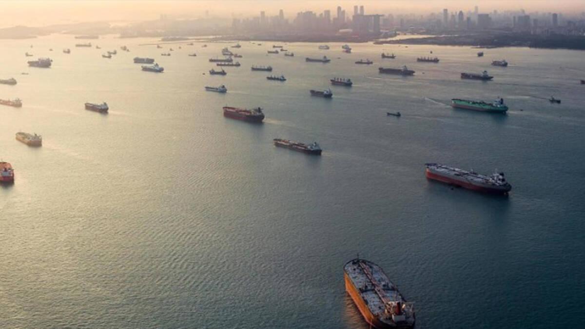 ช่องแคบมะละกาที่มีจุดที่แคบที่สุดเพียง 3 กิโลเมตรคลาคล่ำไปด้วยขบวนเรือสินค้า
