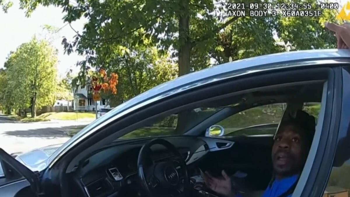 ตำรวจอเมริกาฉาวอีก ลากคนดำเป็นอัมพาตลงจากรถ (คลิป)