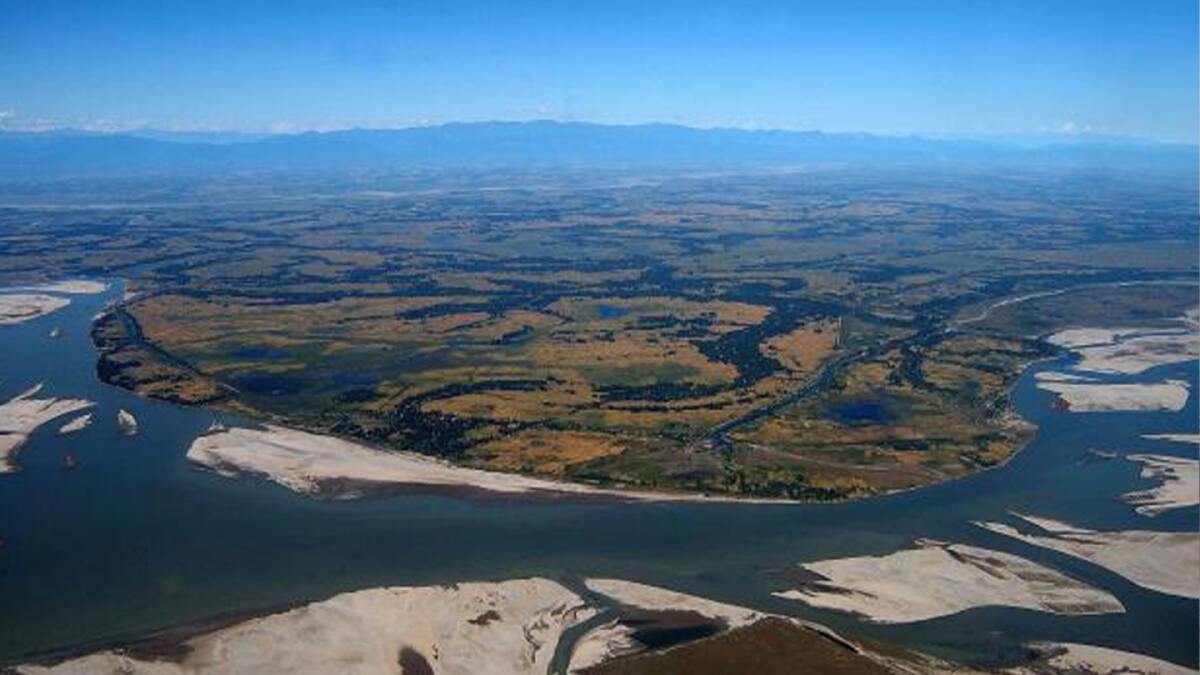 เกาะมาจูลีตั้งอยู่กลางแม่น้ำพรหมบุตร เป็นเกาะที่เกิดจากตะกอนของแม่น้ำที่ใหญ่ที่สุดในโลก