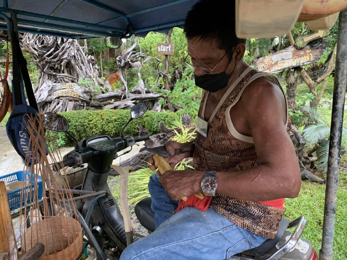 พิษโควิดทำหนุ่มใหญ่วัย 65 ปี ตกงานหันมาทำหนังสติ๊กปลัดขิกขายเป็นอาชีพหลัก