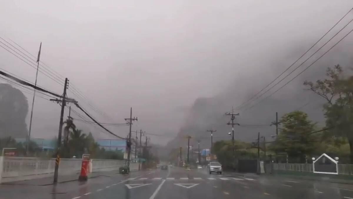 เกิดพายุฝนกระหน่ำลมกระโชกแรงซัดช้างหน้าหลวงปู่ทวดล้มเสียหาย 3 ตัว