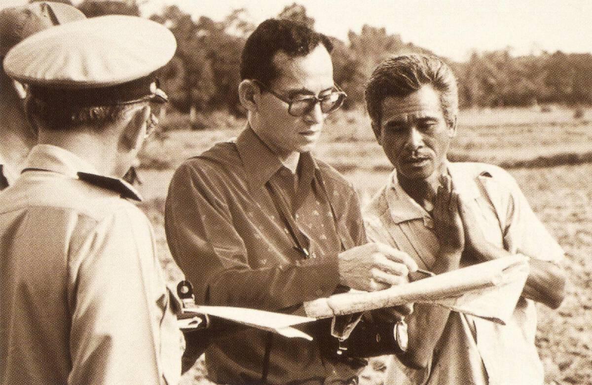 """ในหลวง ร.๙ ที่ปวงชนชาวไทยคิดถึง น้อมรำลึกถึง """" นักเดินทางผู้ยิ่งใหญ่ """""""