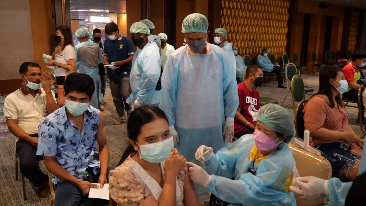 อบจ.ตรัง และแพทย์ในจังหวัดตรัง เริ่มให้บริการฉีดวัคซีนเข็ม 2