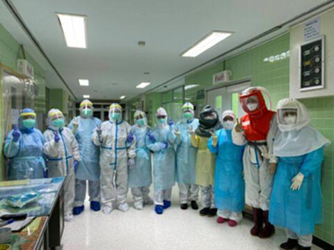 เฮลั่น!! ทีมแพทย์พังงาผ่าตัดคลอดผู้ป่วยโควิดรอดทั้งแม่และลูก